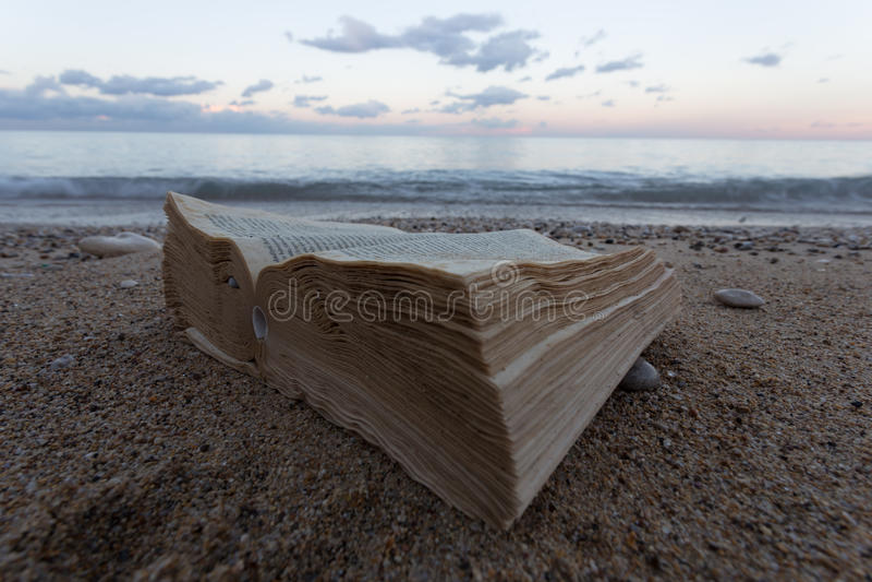 Książka i żyjący w zaniechanej plaży w tle plażę zdjęcie stock