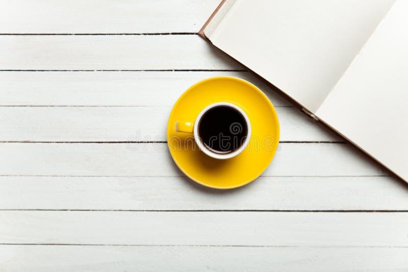 Książka i filiżanka kawy fotografia stock