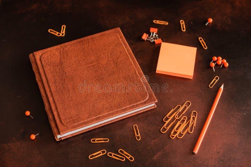 Książka, ołówek, papierowe klamerki i prześcieradła dla ocen, kłamamy na desktop obraz stock