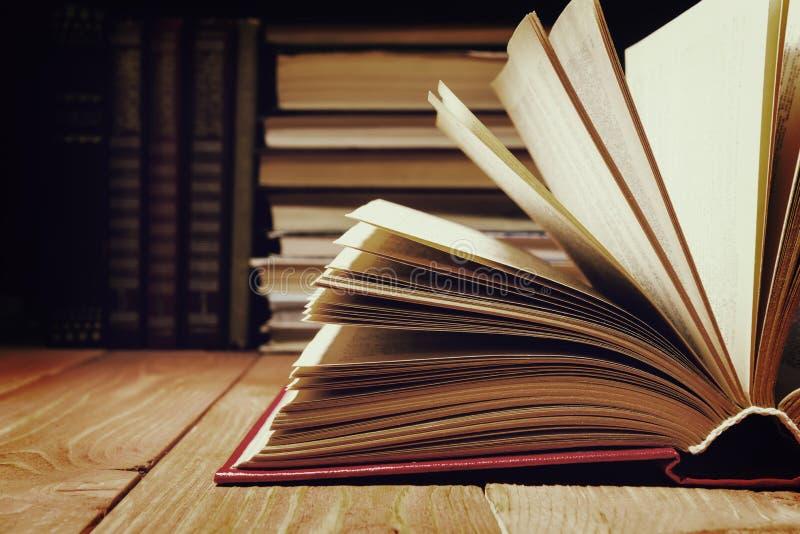 Książka otwierająca w bibliotece na drewnianej półce Edukaci tło z kopii przestrzenią dla teksta fotografia tonująca obrazy royalty free