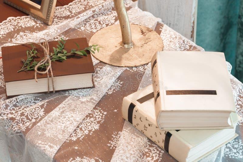 książka ozdabiająca z zielenią opuszcza na stole obrazy stock