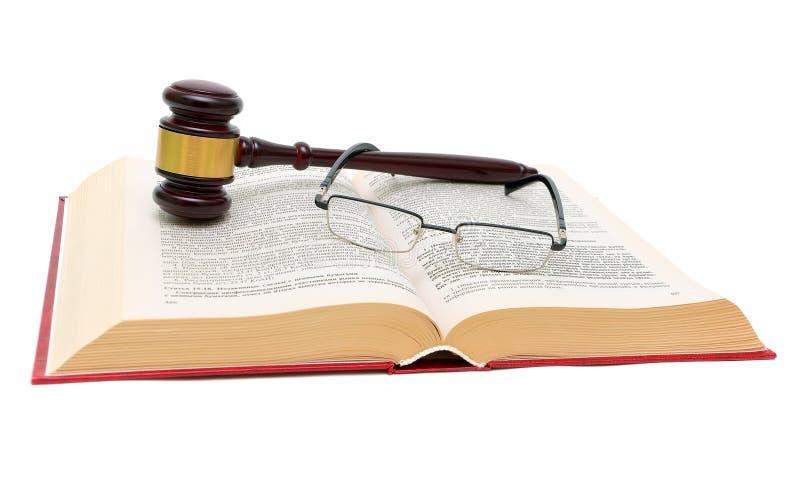 Książka prawa, szkła i młoteczek na białym tła zakończeniu up, obraz royalty free