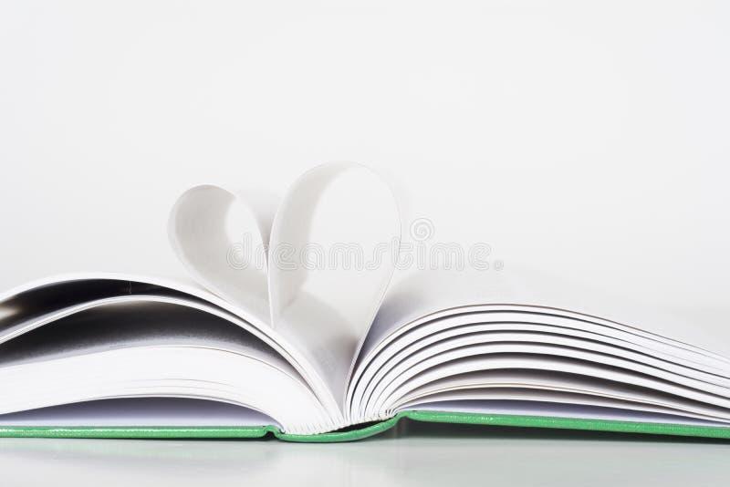 Książka - strony robi sercu obraz stock