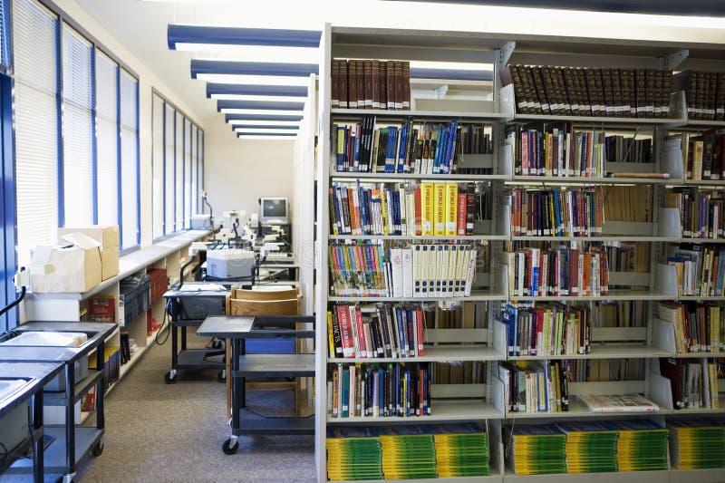 Książka Układająca Na półkach W szkoły średniej bibliotece zdjęcia royalty free