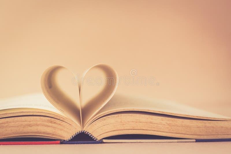 Książka z serce znakiem zdjęcie royalty free