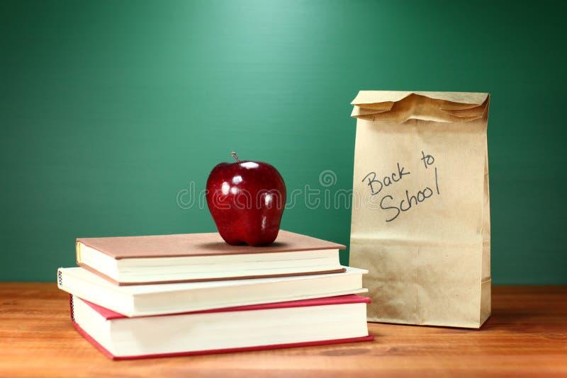 Książki, Apple i lunch na nauczyciela biurku, zdjęcie royalty free