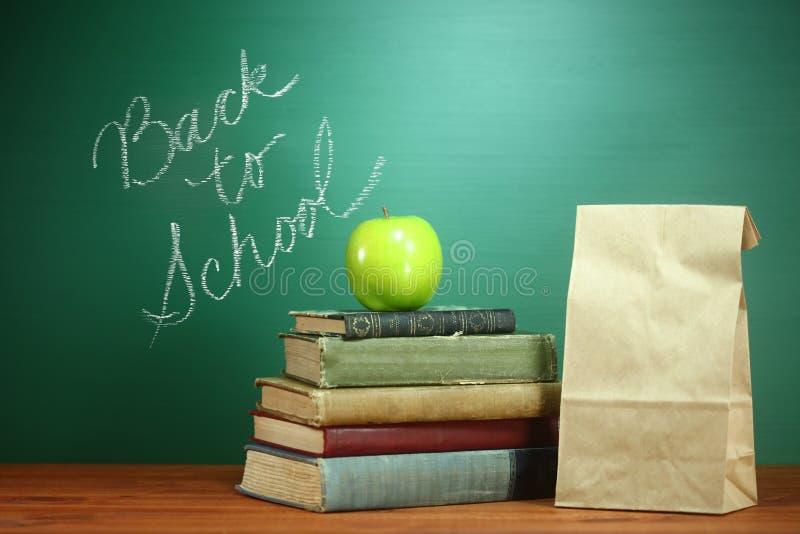 Książki, Apple i lunch na nauczyciela biurku, obraz stock