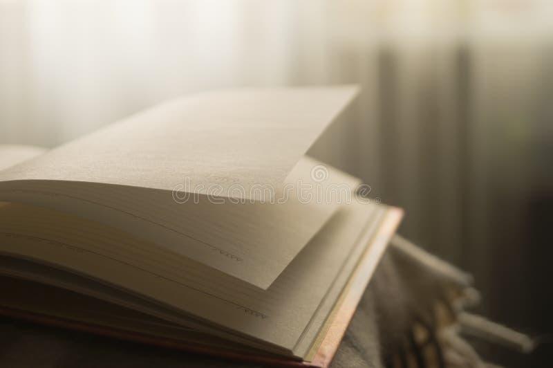 Książki, dzienniczki, notatniki, biurko czytają knigi utro nastrój obraz stock