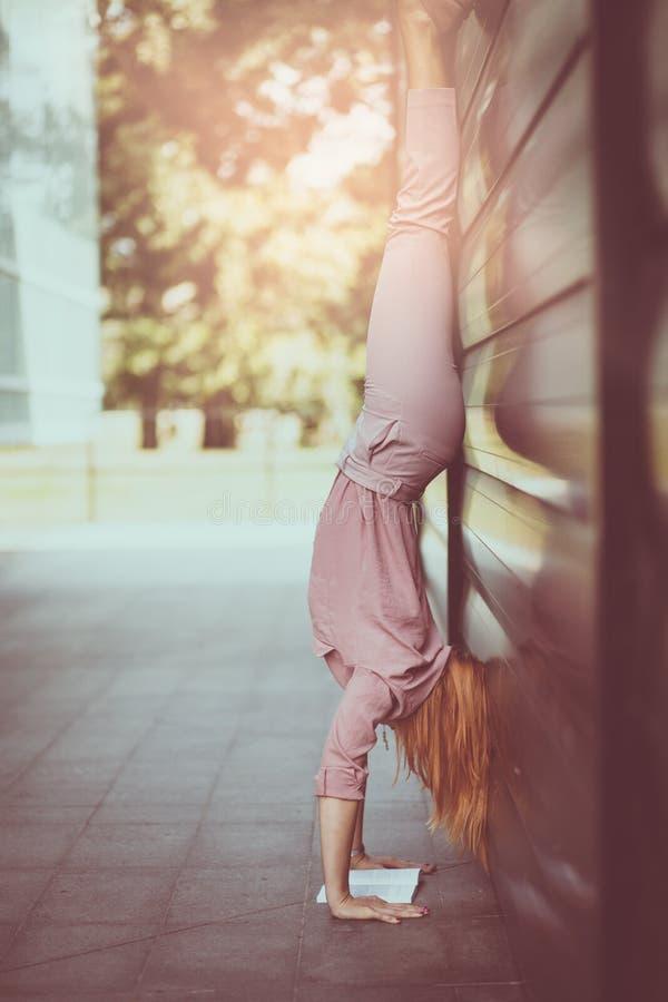 Książki i joga perfect kombinacja zdjęcia stock