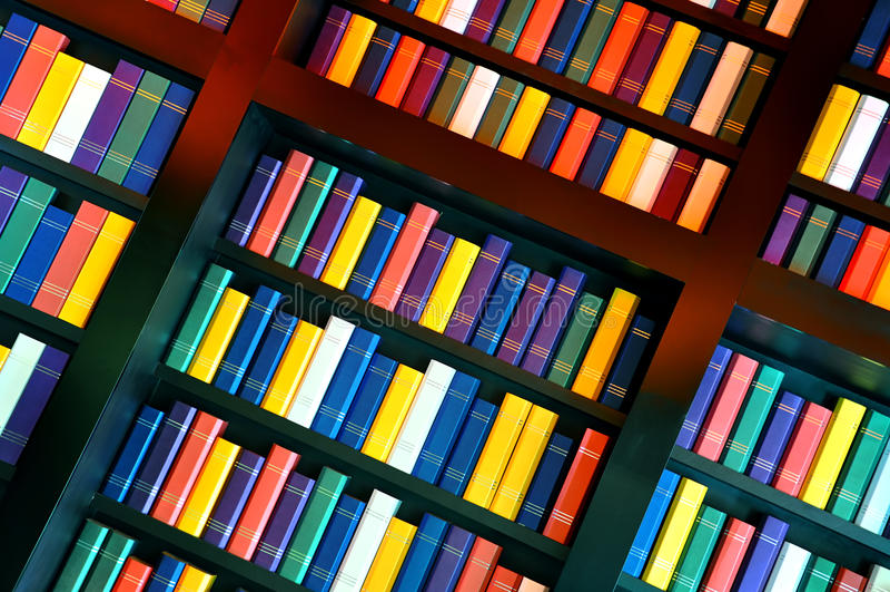 Książki na bibliotecznych półkach obrazy stock