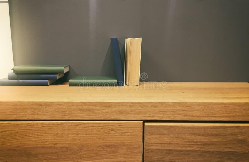 Książki na biurku fotografia stock