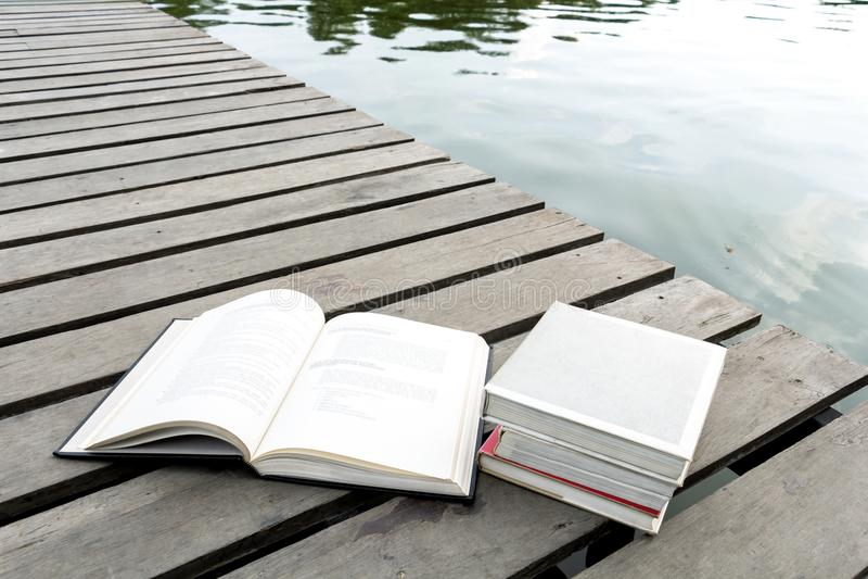 Książki na drewnianej podłoga most graniczy l nadbrzeżny teren obrazy stock