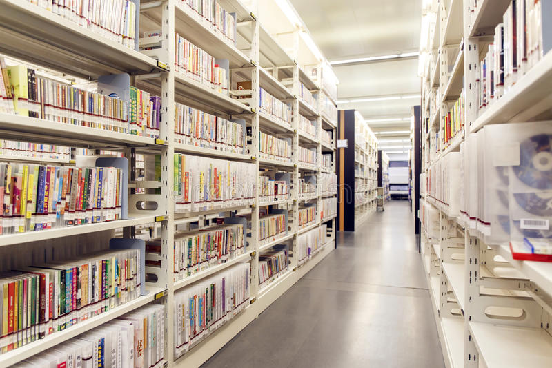 Książki na półkach w bibliotece, biblioteczni półka na książki z książkami, biblioteczni bookcases, bookracks obrazy stock