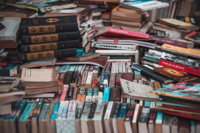 Książki na sprzedaż na rynku ulicznym w Chinach obraz royalty free