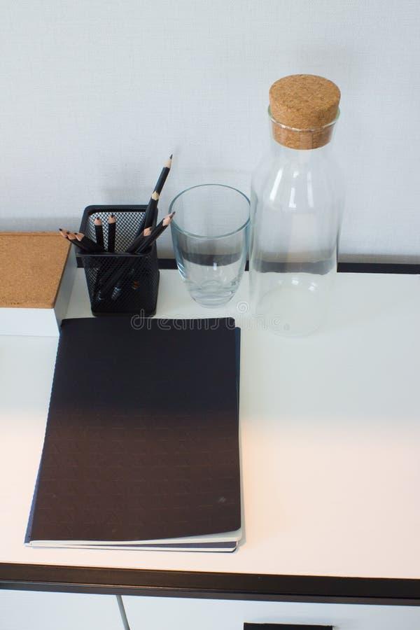Książki, notatnik, ołówki i szkła na biurku, zdjęcia royalty free