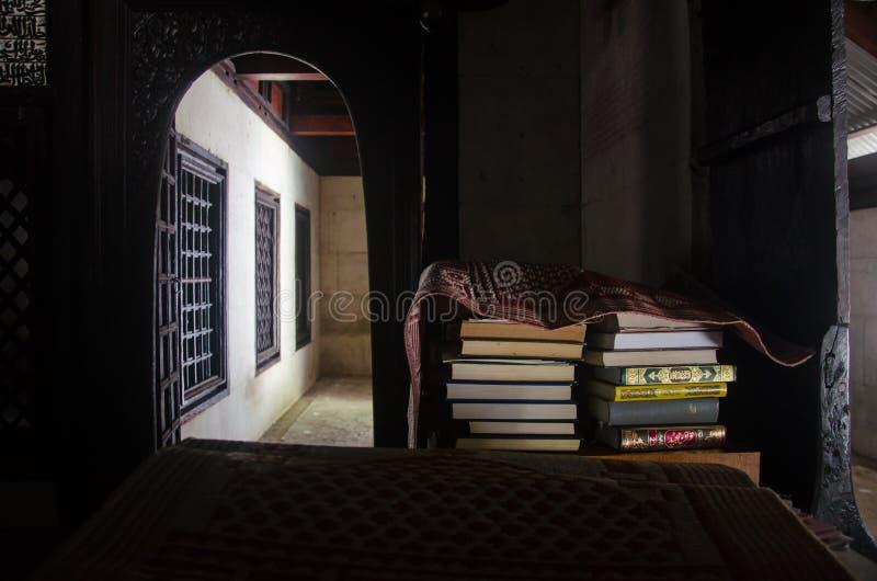 Książki wśrodku świętego meczetu obrazy royalty free