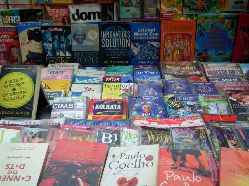 Książki w książkowym sklepie zdjęcia stock