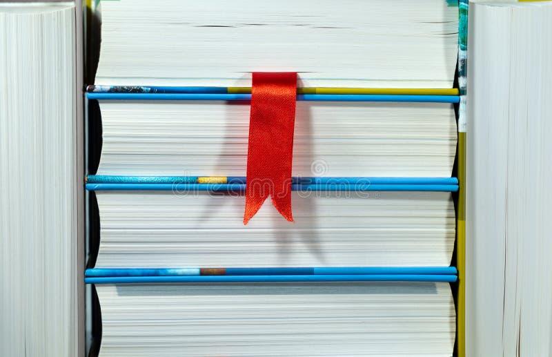 Książki z Czerwonym Bookmark zdjęcia stock