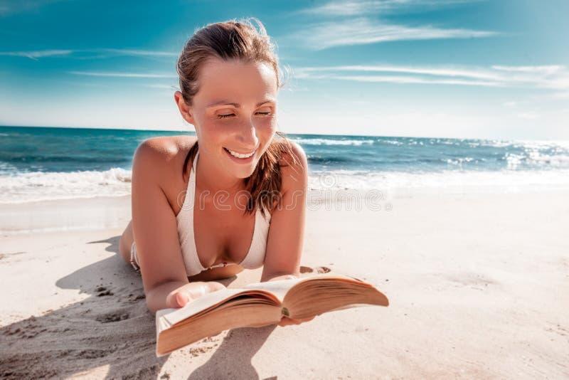 Książkowa czytelnicza kobieta zdjęcia stock