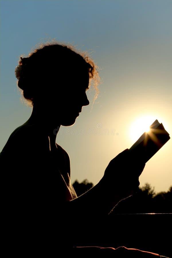 książkowa czytelnicza siedząca kobieta zdjęcia stock