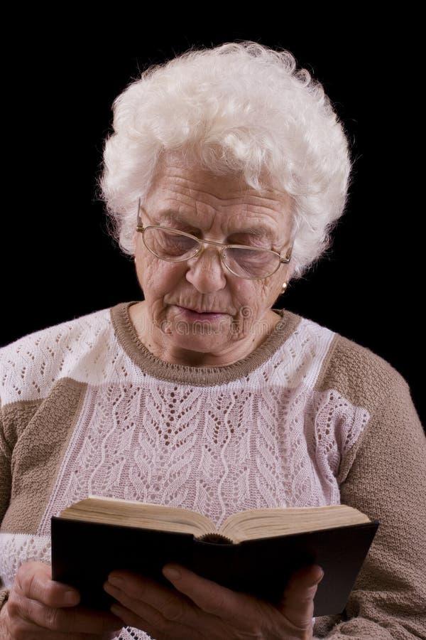 książkowa czytelnicza starsza kobieta zdjęcie royalty free