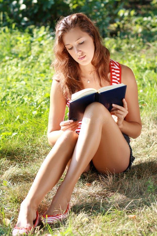 książkowa parkowa czytelnicza kobieta zdjęcia stock