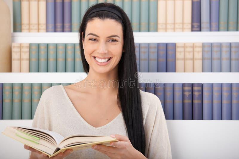 książkowa roześmiana kobieta zdjęcia royalty free