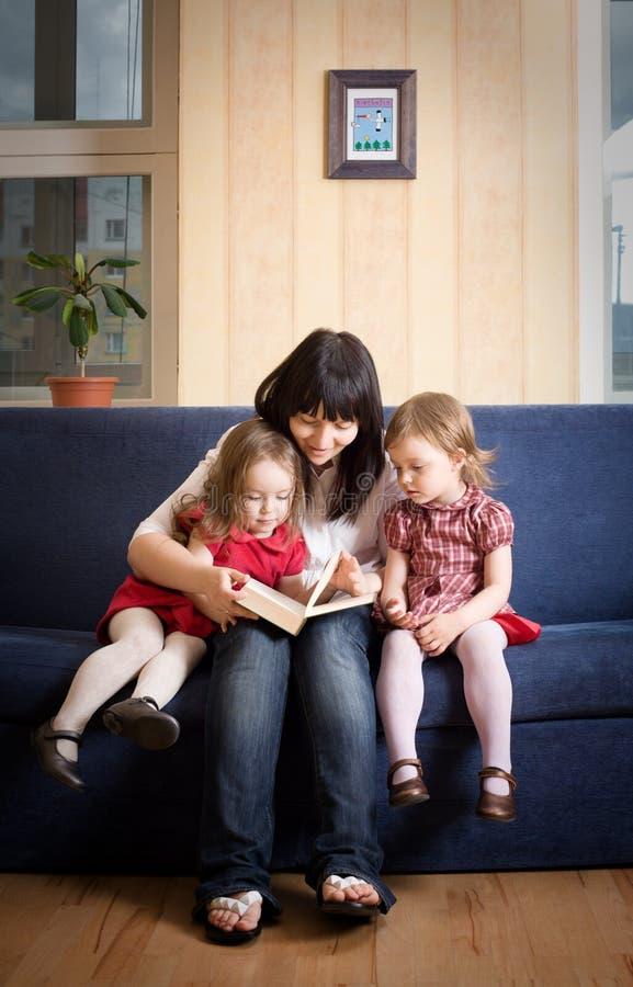 książkowe córki jej mały macierzysty czytanie obrazy royalty free