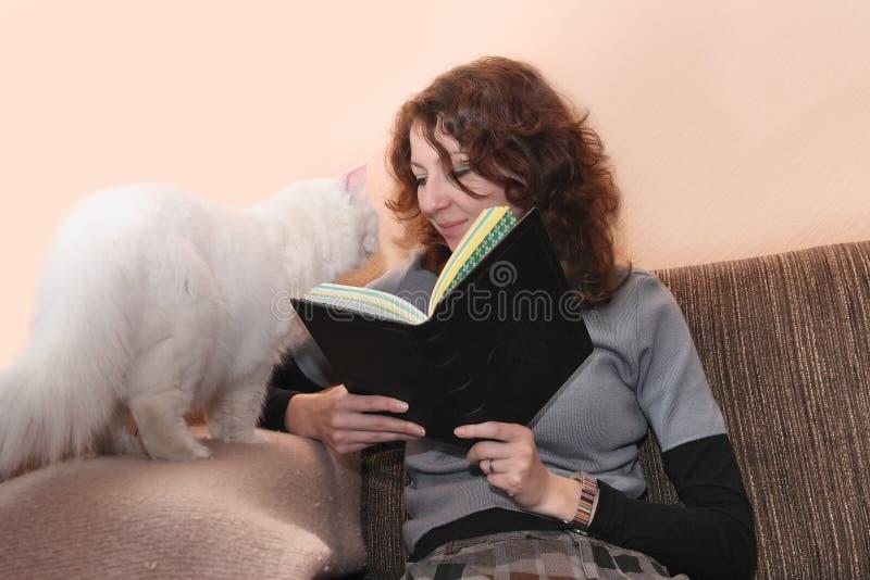 książkowego kota czytania uśmiechnięta kobieta fotografia stock