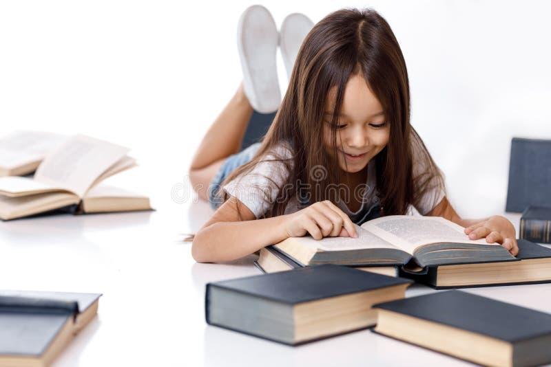 książkowej ślicznej dziewczyny mały czytanie fotografia stock