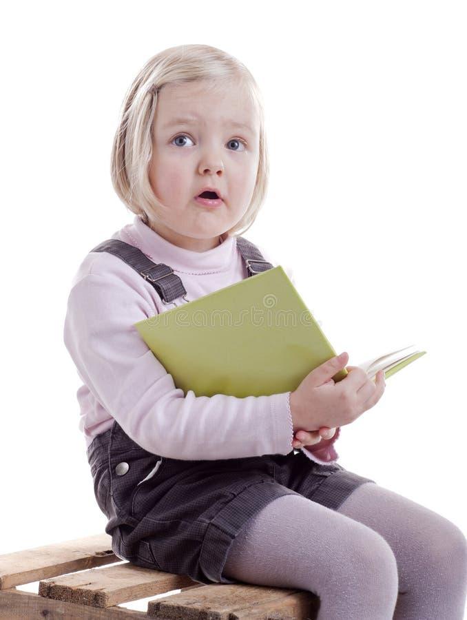 książkowej dziewczyny mały czytanie zaskakujący fotografia royalty free