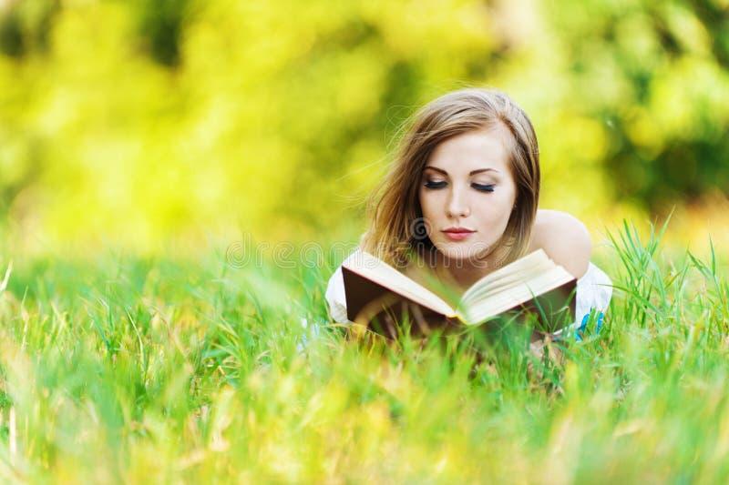 książkowej trawy czytelnicza kobieta fotografia stock