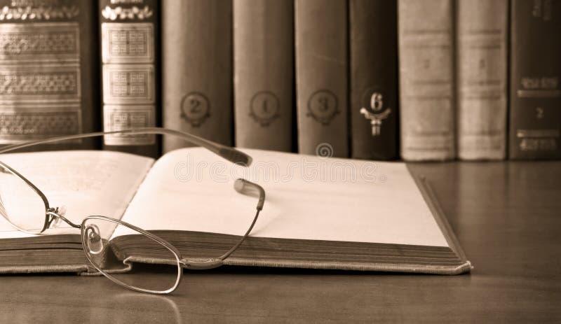 książkowi eyeglasses otwierają rocznika zdjęcia royalty free