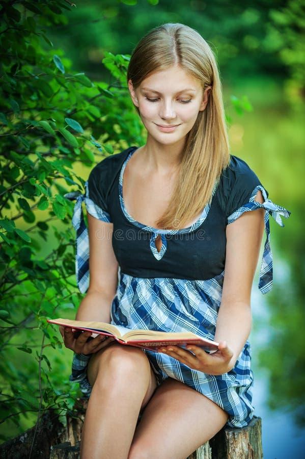 książkowi młodych kobiet obrazy royalty free