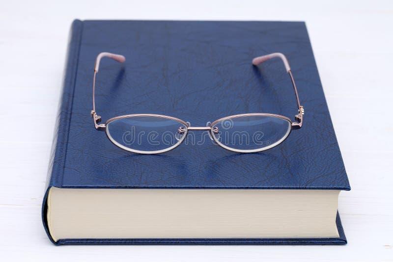 książkowi szkła zdjęcia royalty free