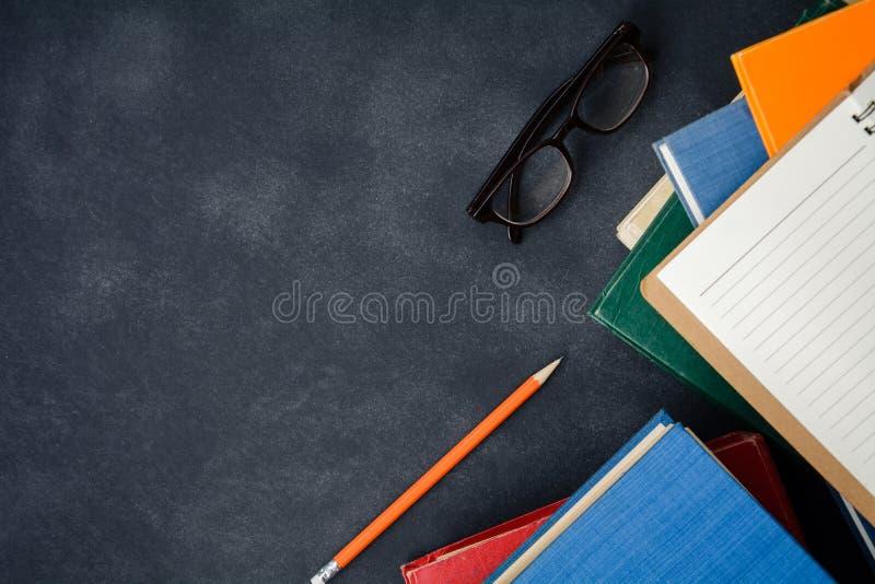 Książkowi szkła i ołówek na biurku obraz royalty free