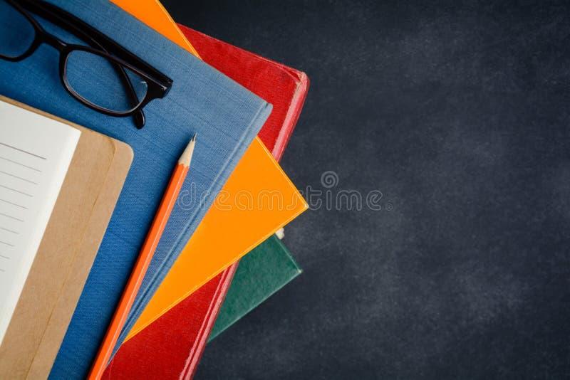 Książkowi szkła i ołówek na biurku zdjęcia royalty free