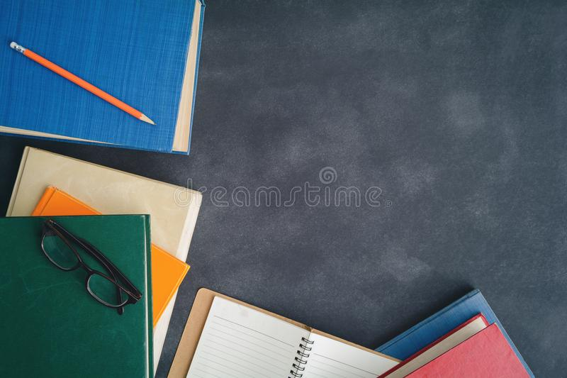 Książkowi szkła i ołówek na biurku zdjęcie stock