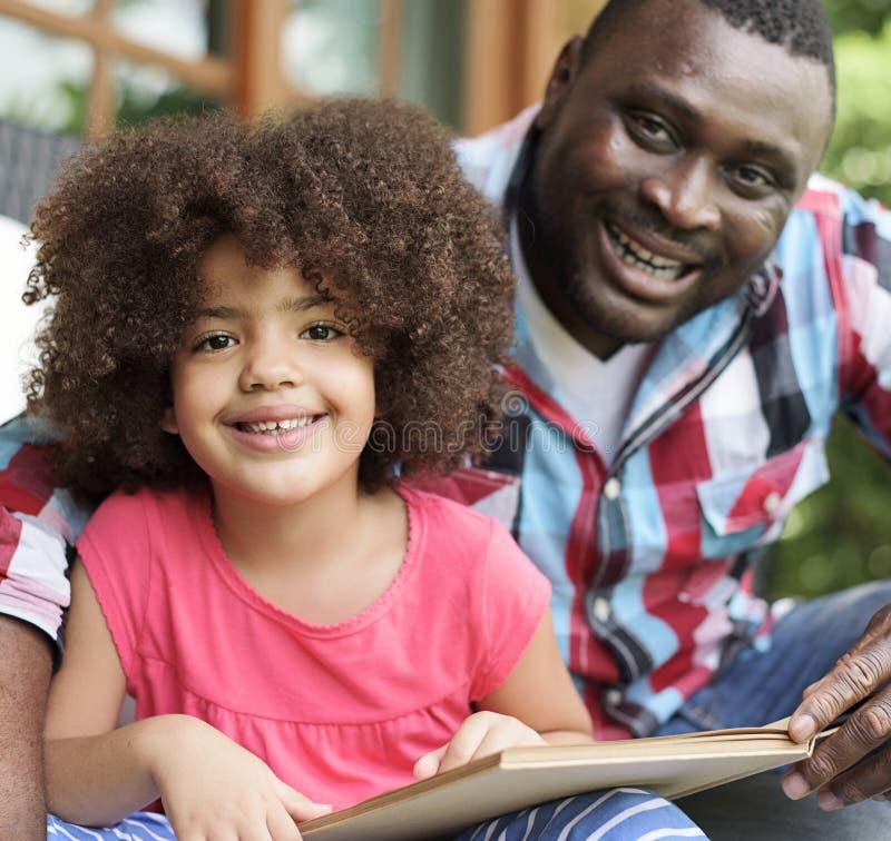 książkowy córki ojca czytanie zdjęcie stock