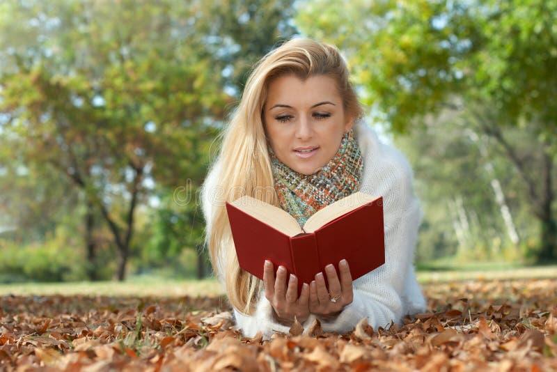 książkowy czytelniczy uczeń obrazy stock