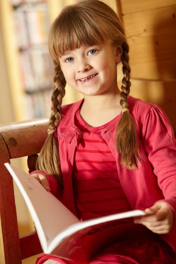 książkowy dziewczyny czytania siedzenie target4420_1_ drewnianych potomstwa fotografia stock