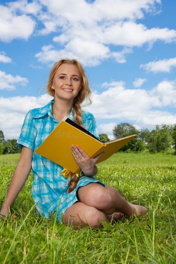 książkowy dziewczyny obsiadania ja target3836_0_ fotografia stock