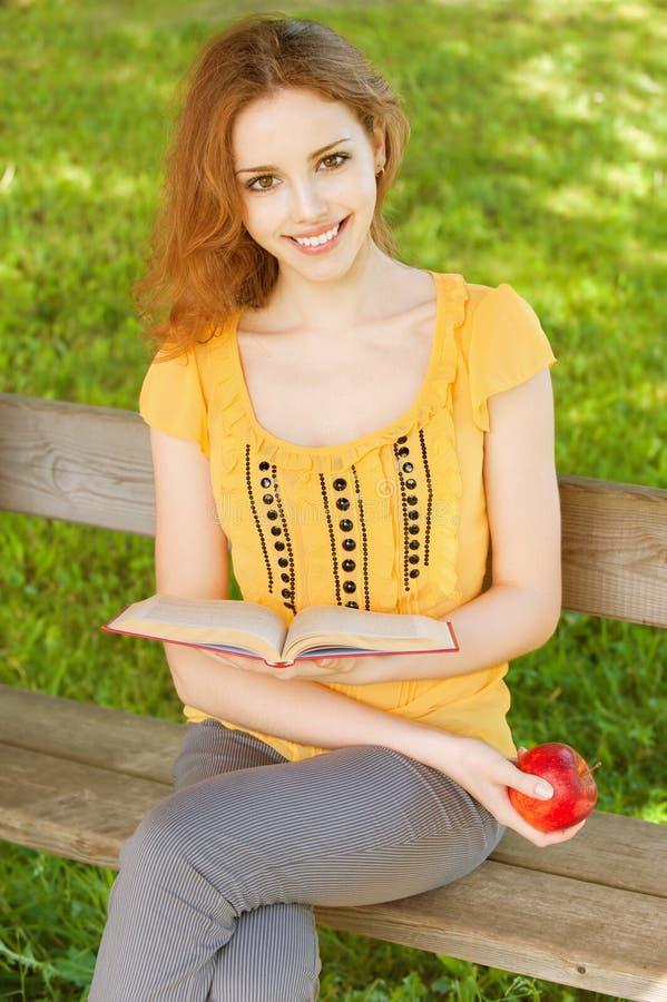 książkowy dziewczyny read uczeń zdjęcie stock