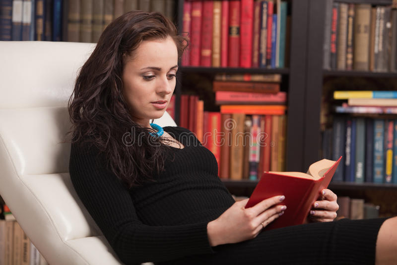 książkowy mądry dom czyta kobiet potomstwa zdjęcie stock