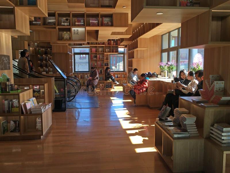 Książkowy sklep i czytelnicy zdjęcia stock