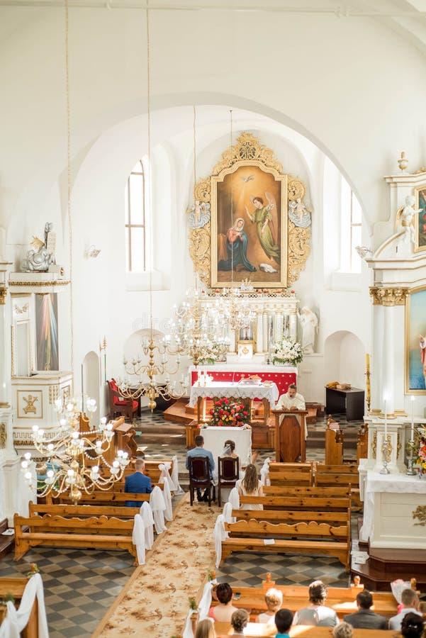 Ksiądz świętuje ślub masę przy kościół zdjęcia stock
