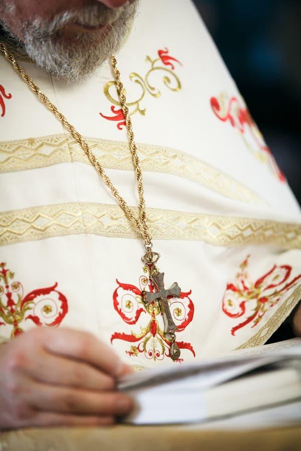 Ksiądz czyta modlitewną książkę fotografia royalty free