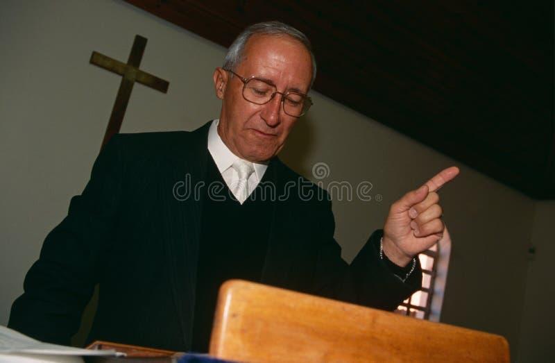 Ksiądz przy kościół w Południowa Afryka. zdjęcia stock