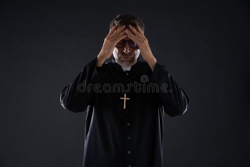 Ksiądz samiec ręki w głowie martwiącej się obraz royalty free