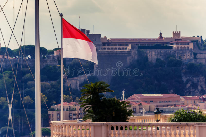 Ksiąstewko Monaco: Prince& x27; s flaga i pałac zdjęcia stock